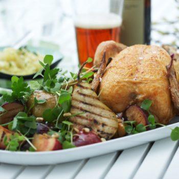 Hel kylling med grillet sommersalat og æblepeberrodskompot