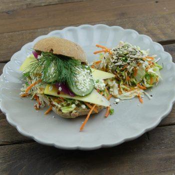 Landmads sandwich med årstidens salat
