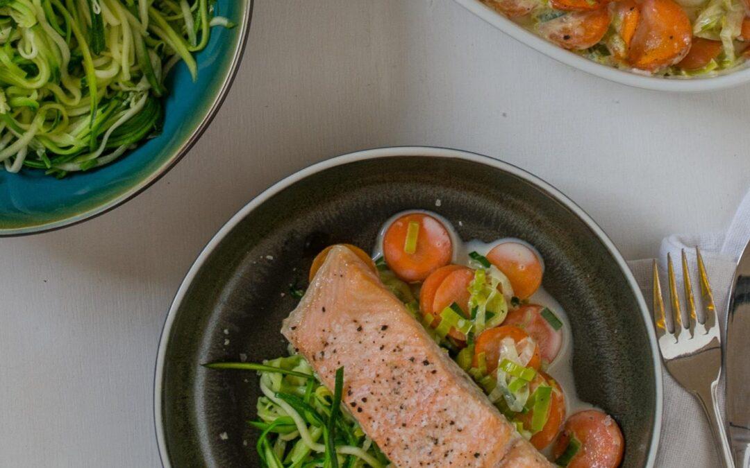 Ovnbagt laks med squashspaghetti og grønt